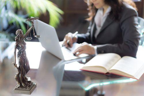 Radca prawny wybiera ubezpieczenie przez internet